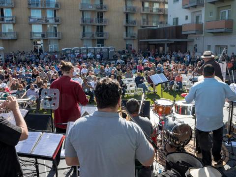Tocando para la multitud en el Tucson Jazz Fest