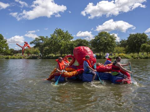 Remando en un pulpo en Rock River Anything That Floats Race