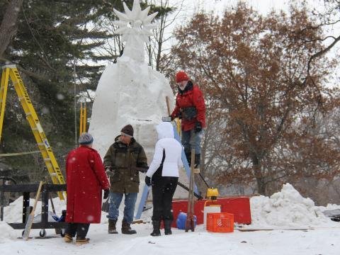 Un gran trabajo en curso en Illinois Snow Sculpture Competition