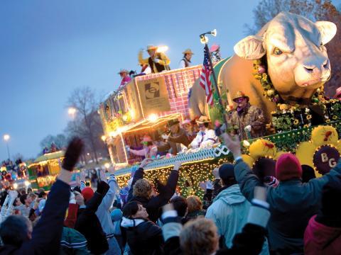 La extravagancia rodante de The Centaur Mardi Gras Parade