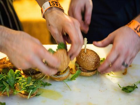 Degustando bocadillos (mini hamburguesas) en Feast Portland