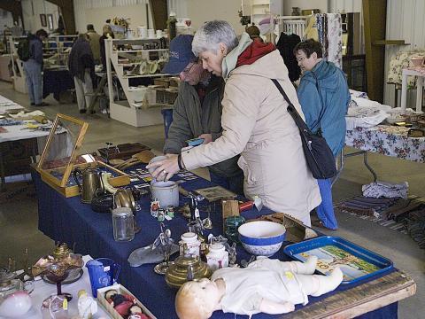 En busca de antigüedades en Gold Rush Antique Show and Market