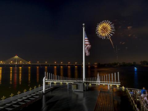 Un fuego artificial de postal sobre Mississippi River