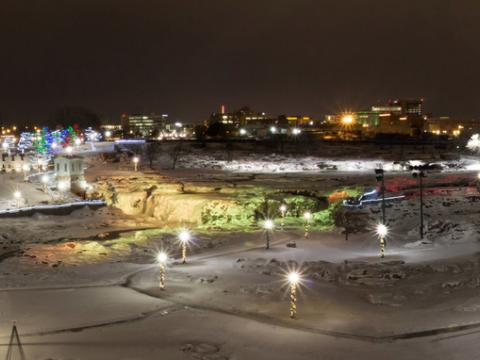 Iluminación de Falls Park para las fiestas