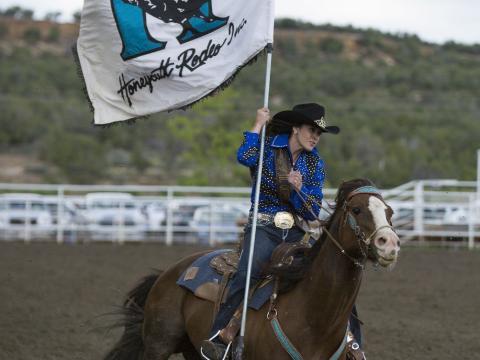 Dando inicio al Ute Mountain Round Up Rodeo