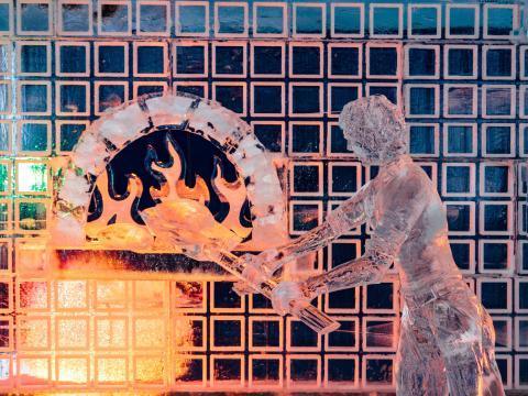 Una creativa escultura de hielo en Zehnder's Snowfest