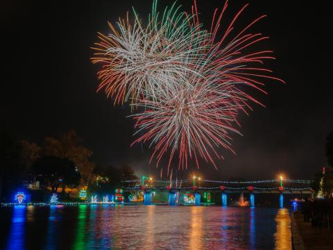 Fuegos artificiales y luces navideñas de Turn on the Holidays Festival of Lights