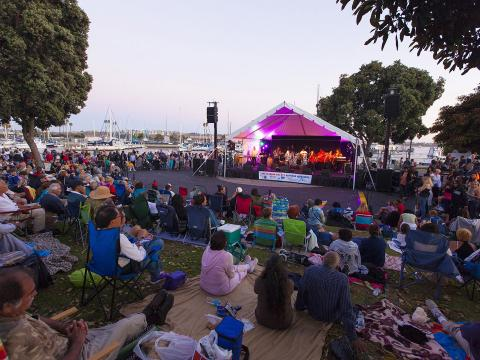 Una multitud escucha a la banda tocar en vivo durante conciertos de verano de Marina del Rey