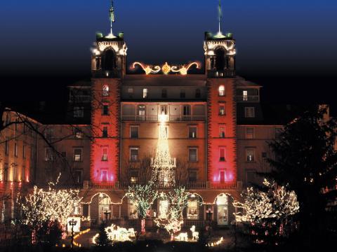 Luces de navidad brillando en el Hotel Colorado en Glenwood Springs