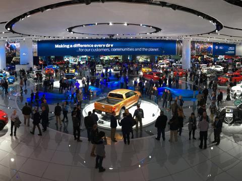 Observando exposiciones en el North American International Auto Show en Detroit
