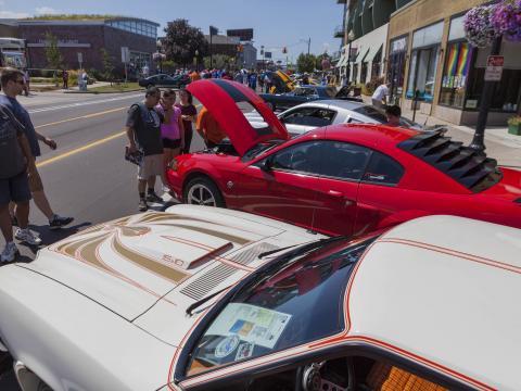 Admirando vehículos clásicos que participan en el Woodward Dream Cruise