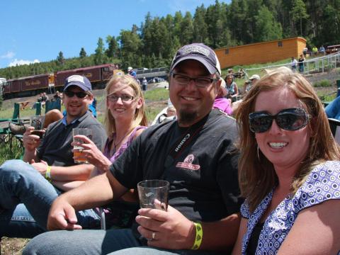 Bebiendo cerveza en Rails & Ales Brewfest después de un paseo en el Rio Grande Scenic Railroad en Alamosa, Colorado