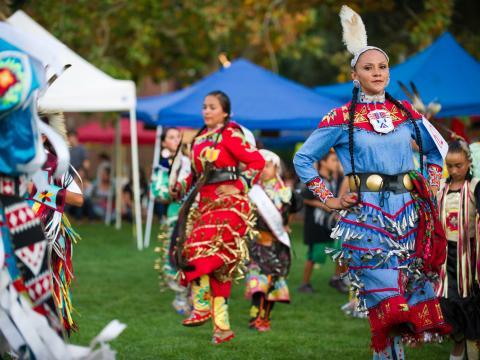 Bailes y vestuarios tradicionales en la Labor Day Stockton Community Pow Wow