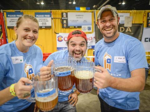 Bebiendo cerveza artesanal durante la Denver Beer Week en Colorado