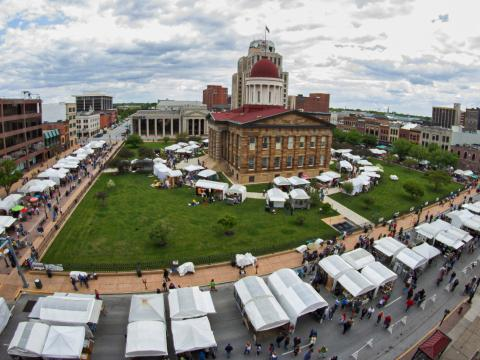 Vista aérea de la Old Capitol Art Fair de Springfield en Illinois