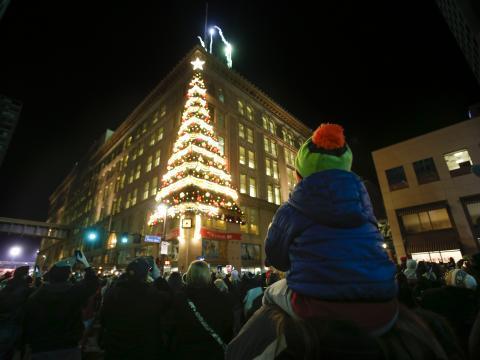 Una decoración del árbol de Navidad junto a un edificio durante la Light Up Night en Pittsburgh, Pensilvania