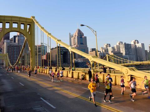 Corredores cruzando el Clemente Bridge durante el Pittsburgh Marathon