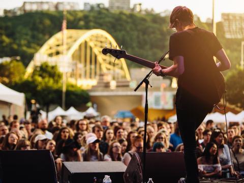 Presentación de música rock en vivo durante el Three Rivers Arts Festival en Pittsburgh, Pensilvania