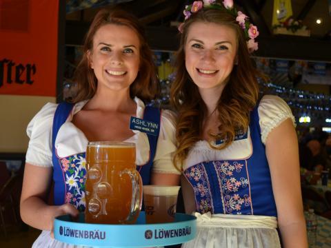 Posando con cervezas alemanas y trajes típicos en Big Bear Lake Oktoberfest