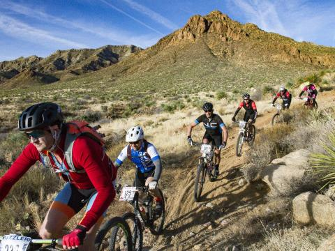 Compitiendo en la Puzzler Mountain Bike Race en El Paso, Texas