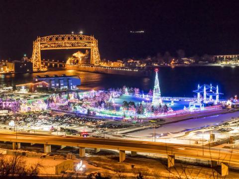 Vista aérea del tour festivo de las luces de Bentleyville en Duluth, Minnesota