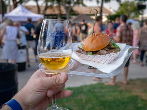 Un sándwich de barbacoa acompañado de vino durante Winemakers' Cookoff en Paso Robles, California